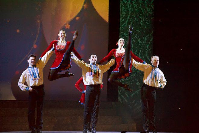Sincronismo e muita pirueta faz parte da dança irlandesa. © Jackq | Dreamstime.com