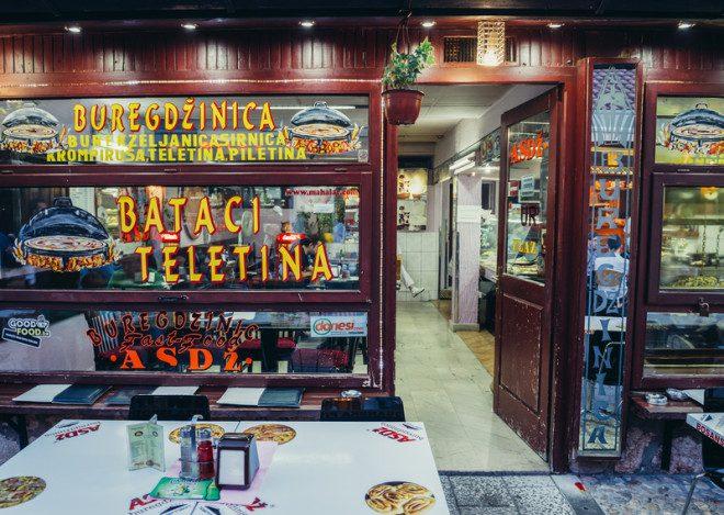 Restaurante tradicional na Bósnia.© Fotokon | Dreamstime.com