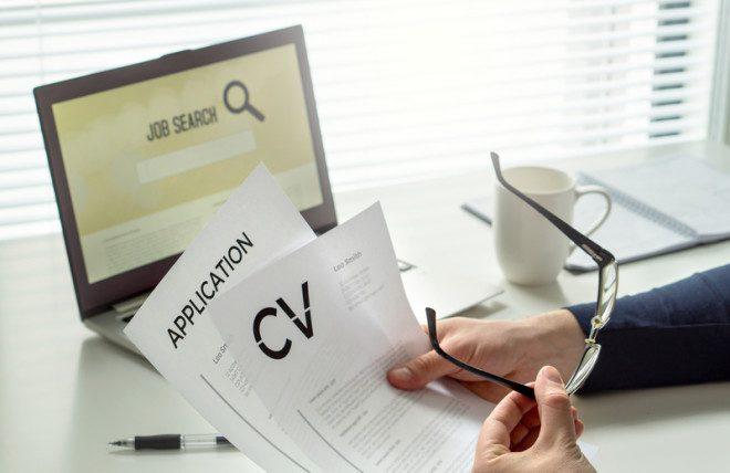 O pessoal do Job Club, vai sentar com você, analisar o seu CV, corrigi-lo e reestrutura-lo se necessário.© Tero Vesalainen   Dreamstime.com