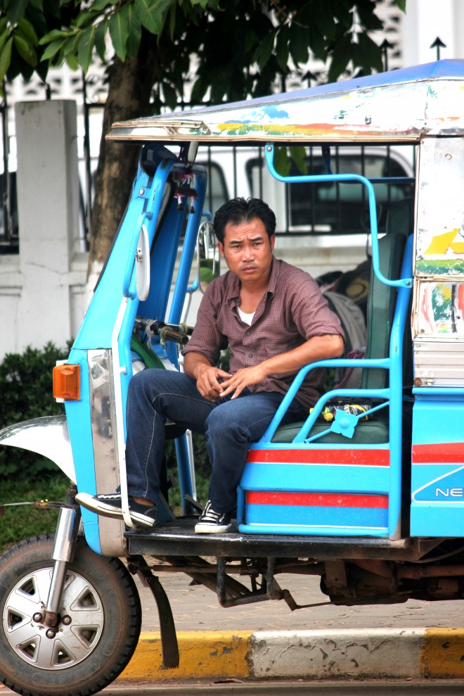 Motorista de Tuk Tuk, em Vietiene, Laos. Foto: Ávany França