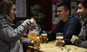 Pubs, festas e diversão, tem como acompanhar?