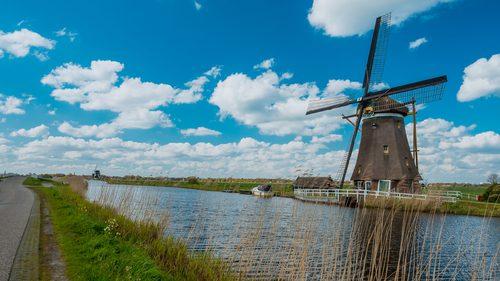 Já pensou em visitar os belos moinhos de vento na Holanda?