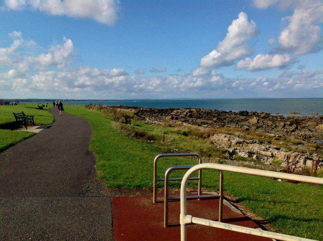 Skerries te convida a uma caminhada àbeira do mar. Foto: Elizabeth Gonçalves