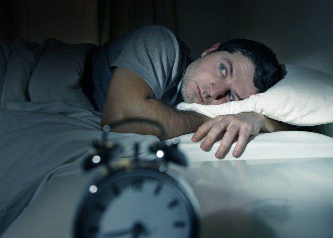 Ficar acordado na noite anterior ao voo não é a melhor estratégia para evitar o Jet Lag. Créditos: Shutterstock.