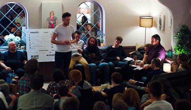 Apresentação de stand up comedy. Reprodução: Dine in Dublin
