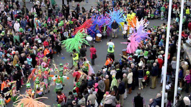 Festival de rua na cidade de Ennis. Reprodução: You Tube