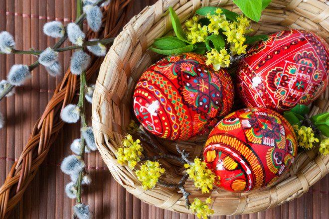 Uma antiga tradição de pintar ovos culminou na versão recheadas de chocolate que temos hoje. © Kaprik   Dreamstime.com