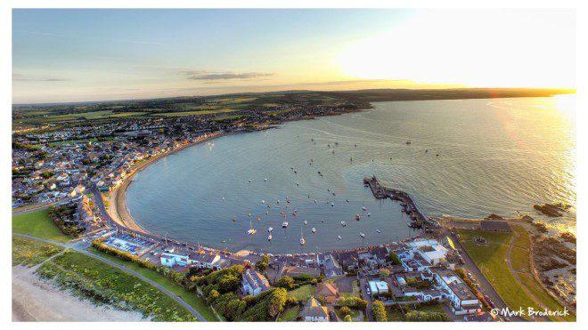 A bela vila no litoral de Dublin vai celebrar o verão com muita música e atividades. Reprodução: Twitter