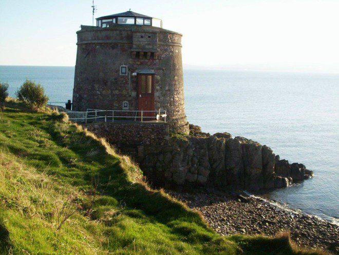 Ótima oportunidade para conhecer o Martello Tower, construída por volta de 1804. Foto: Irish Martello Towers