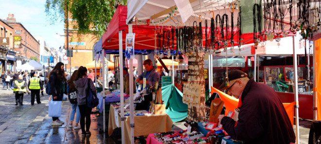 Todas as quartas-feiras no Temple bar tem artesanato, bijuterias, roupas, e artes, além de comida. Reprodução: Temple Bar Night Market