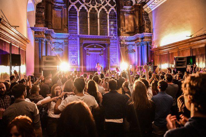 A festa no Irish Museum of Modern Art tem muita música e performances. Foto: Entertainment.ie
