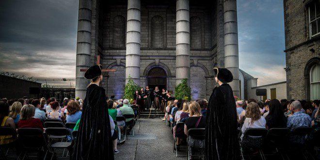 Apresentação de ópera ao ar livre no pátio da igreja St. Audoen's.Foto: Eventbride