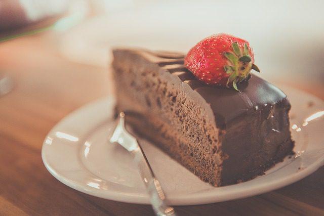 Que tal um bolo de chocolate com Guinness na receita? Foto: Pixabay