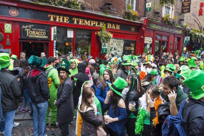 Público pode beber nas ruas do Temple Bar no feriado de São Patrício. Foto: Aitor Muñoz Muñoz   Dreamstime
