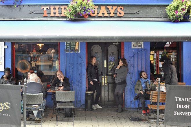O The Quays é um dos pubs mais populares entre os turistas em Galway . @ Pepedrm _ Dreamstime