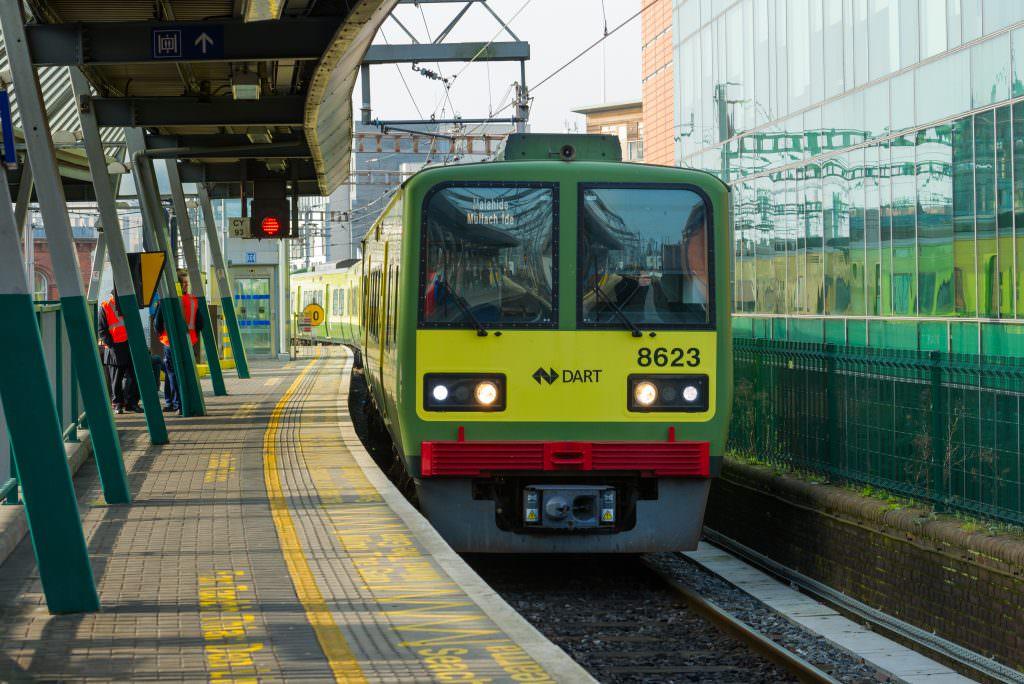 Jovens são apreendidos na Irlanda após ataques em estação de trem