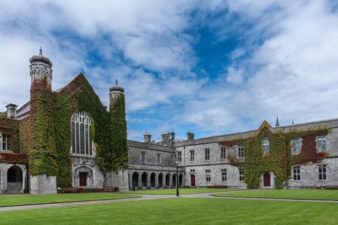 NUI em Galway é uma universidade com avaliação cinco estrelas. Crédito: © Klodien _Dreamstime