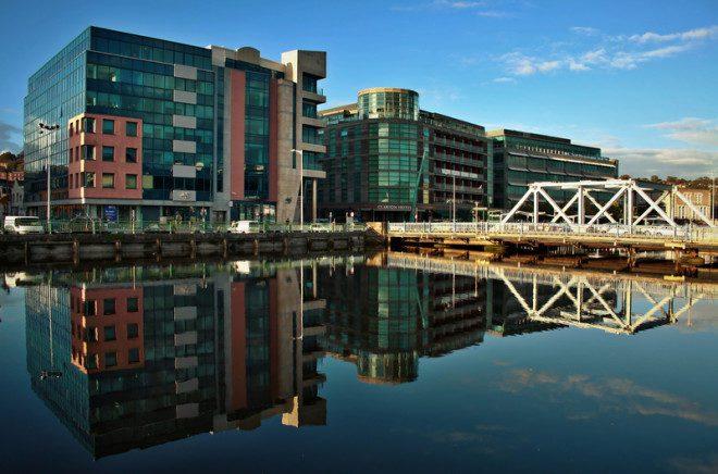 Devido à infraestrutura de transporte, Cork atrai muitas empresas. Crédito: Dreamstime