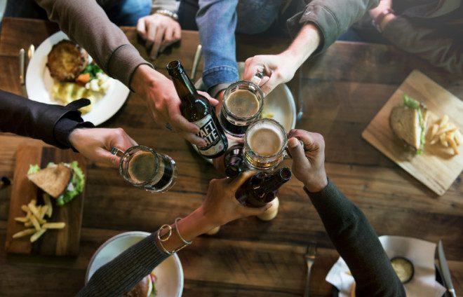 Regras para bebidas vão desde o horário para venda em mercados até a proibição de beber nas ruas. Foto: Rawpixelimages/Dreamstime