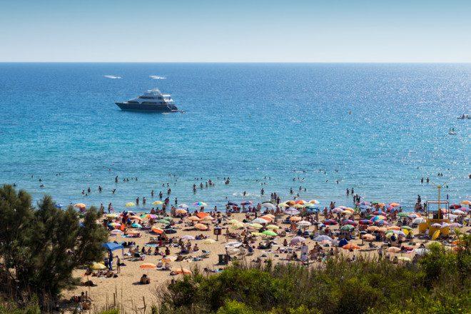 A praia Golden Bay é uma das mais agitadas e populares de Malta. Foto: Michael Smith/Dreamstime