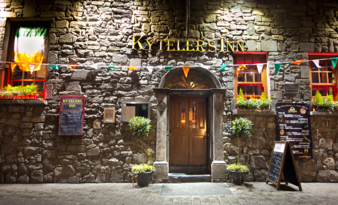 Pub Kytelers Inn, na cidade de Kilkenny, receberá o novo serviço de ônibus. Foto: Littleny/Dreamstime