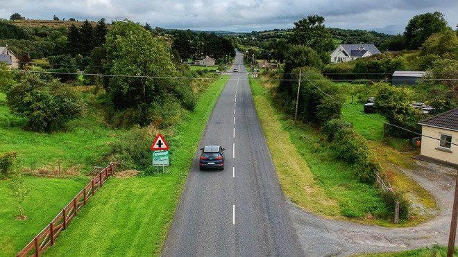 Que tal alugar um carro e se aventurar pela Irlanda? Foto: Edu Giansante