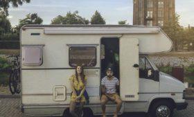 Casal de brasileiros a bordo de um motorhome pela Europa