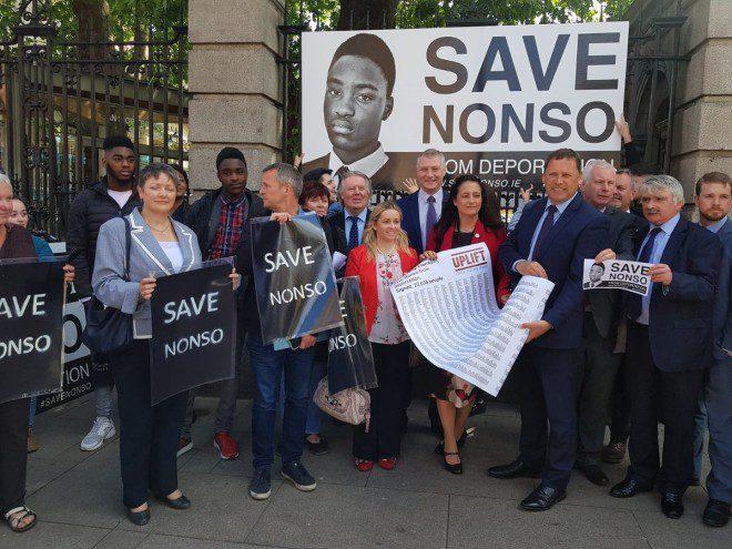 Professores e alunos se mobilizaram para ajudar o nigeriano Nonso a permanecer no país. Foto: The Journal