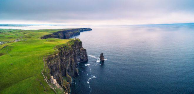 Cliffs of Moher possui penhascos lindíssimos com altura de 200 metros entre as águas do oceano Atlântico e seu topo.© Miroslav Liska | Dreamstime.com