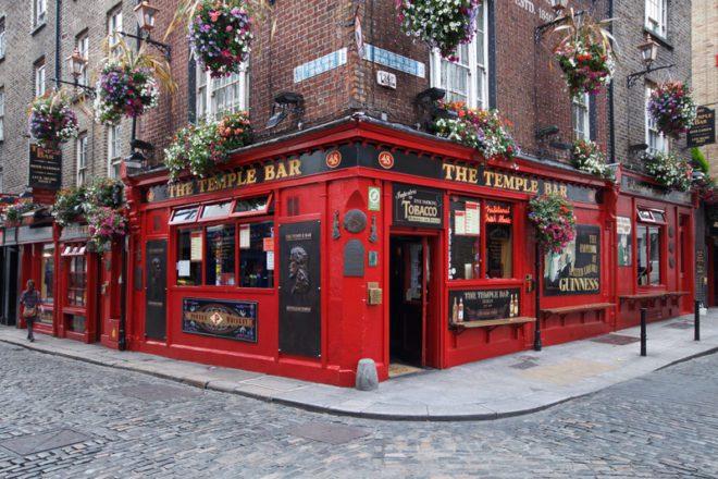Temple Bar é um daqueles pubs que você tem que visitar em Dublin.© Gergo Kazsimer | Dreamstime.com