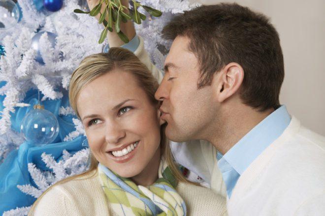 Acredita-se que dar um beijo sob um galho de visco traz boa sorte.© Photographerlondon | Dreamstime.com