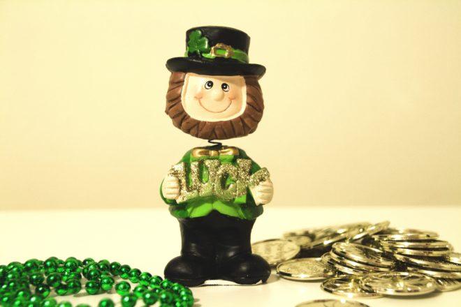 Boneco de um leprechaun com moedas