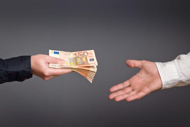 O empréstimo nem sempre é uma boa escolha devido os juros altos.© Igor Stevanovic | Dreamstime.com