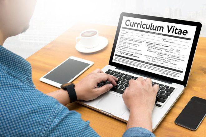 Na hora de elaborar seu CV coloque frases e palavras-chave.© One Photo   Dreamstime.com