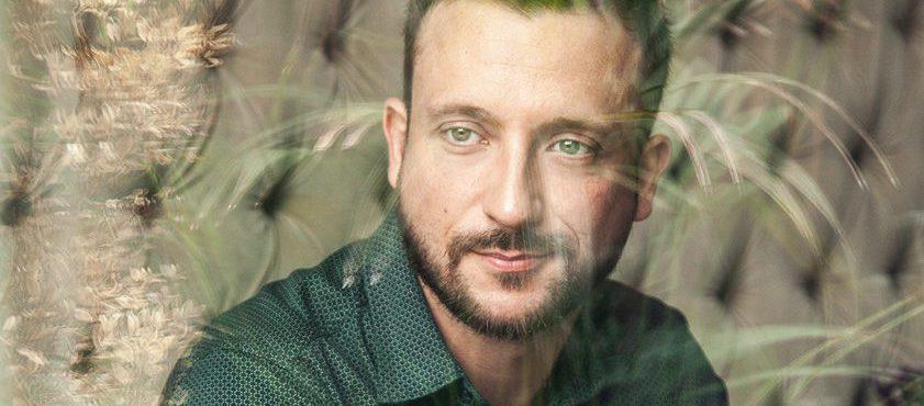 Ator brasileiro faz sucesso em novela irlandesa com personagem gay