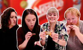 Gringos provando chocolates (bombons Nestlé)