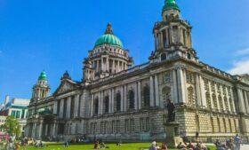 Irlanda do Norte reabre serviços e teme irlandeses cruzando a fronteira