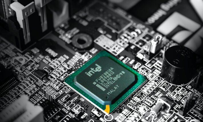 Intel abre vagas em cidade irlandesa com um terço da população empregada na empresa
